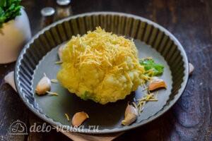 Посыпаем капусту сыром и отправляем в разогретую духовку