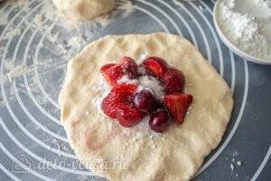Сверху кладем ягоды и посыпаем их сахаром