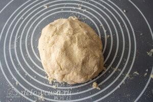 Замешиваем мягкое тесто и прячем в холодильник