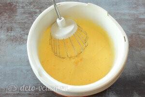 Добавляем растопленное остывшее сливочное масло и творог