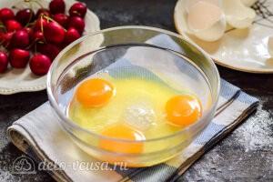 Добавляем к сахару три яйца для бисквитного теста