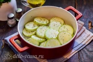 Посыпаем кабачки солью и специями