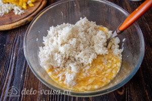Взбиваем яичную смесь и добавляем рис