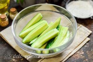 Огурцы моем врезаем хвостики и режем овощи на 4 части