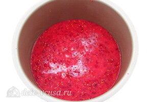 Переливаем ягодное пюре в чашу и добавляем воду