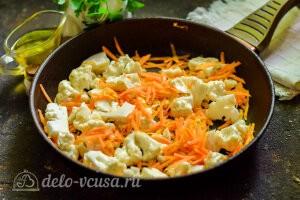 Обжариваем морковь и цветную капусту на сковороде