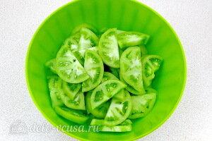 Зеленые помидоры режем дольками