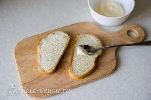 Смазываем хлеб майонезом с одной стороны