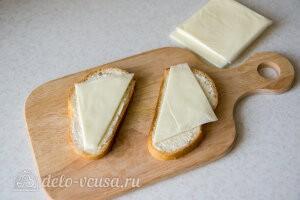 Кладем на хлеб половинки сыра