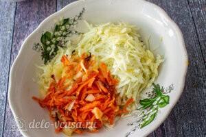 Лук и морковь жарим на сковороде и добавляем половину овощей к кабачкам