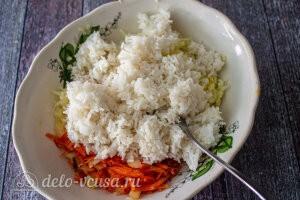 Добавляем полуготовый рис к кабачкам
