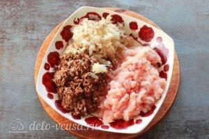 Фаршированные ракушки с курицей и грибами: Измельчаем мясо, лук и грибы в мясорубке