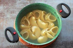 Фаршированные ракушки с курицей и грибами: Варим макароны в подсоленной воде