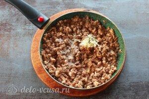 Фаршированные ракушки с курицей и грибами: Добавляем чеснок в начинку