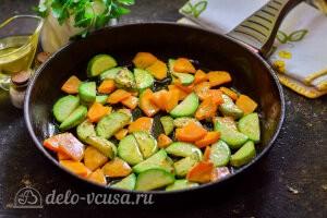Обжариваем кабачки и морковь на сковороде