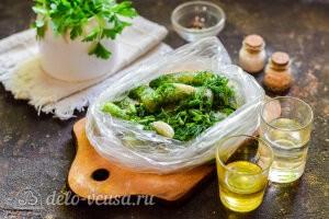 Добавляем уксус и масло в пакет к огурчикам