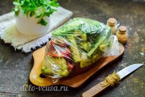 Перемешиваем овощи с солью и оставляем мариноваться