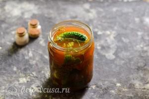 Заливаем огурцы томатным маринадом
