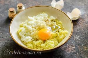 Добавляем яйцо к рису