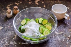 Засыпаем огурцы солью и сахаром