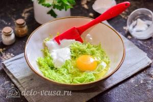Добавляем к кабачкам яйцо и йогурт