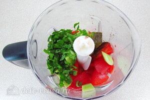 Измельчаем в блендере помидоры, огурец и зелень