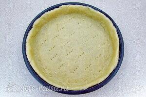 На дно формы выкладываем тесто и формируем бортики