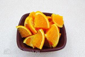 Режем апельсин и убираем косточки