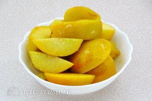 Персик очищаем от шкурки и режем дольками