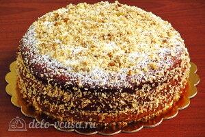 Смазываем торт остатками крема и посыпаем орехами