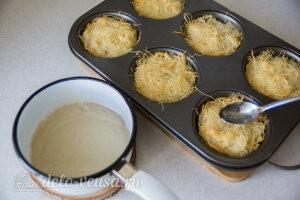 Вынимаем готовый десерт из духовки и поливаем сиропом