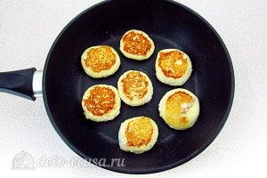 Формируем сырники и жарим на сковороде до румяного цвета