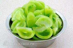 Режем зеленые помидоры и удаляем семена