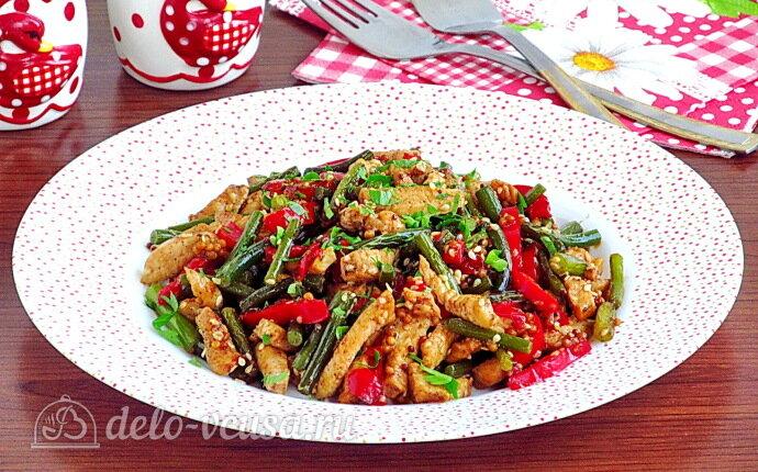 Рецепт жареные чесночные стрелки с курицей и перцем