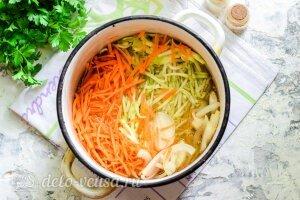 Кабачки по-корейски на зиму: Добавляем специи и уксус к овощам