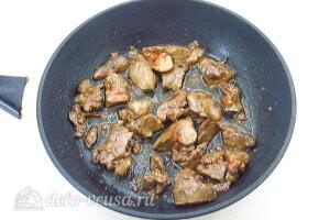 Куриная печень с грибами и кабачками: Жарим печень