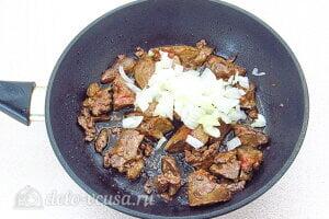 Куриная печень с грибами и кабачками: Добавляем репчатый лук к печени
