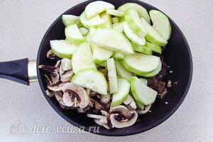 Куриная печень с грибами и кабачками: Добавляем кабачки и шампиньоны в сковороду к печени