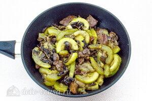 Куриная печень с грибами и кабачками: Тушим блюдо в течение 10 минут