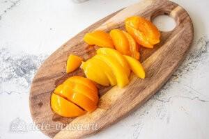 Пирог с консервированными персиками и рикоттой: Режем персики дольками