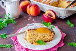 Пирог с консервированными персиками и рикоттой готов