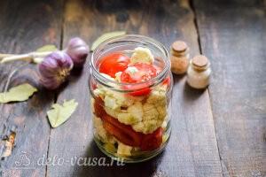 Заполняем банку помидорами и цветной капустой