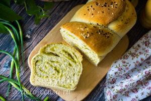 Ароматный хлеб с чесночными стрелками готов