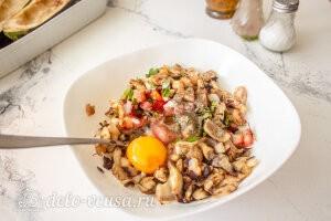 Добавляем целое яйцо и хорошо перемешиваем начинку