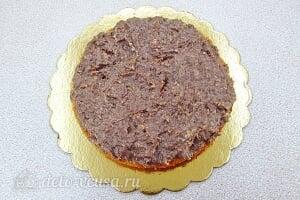 Бисквитный торт со сгущенкой «Тайный комплимент»: Пропитываем корж ликером и смазываем кремом