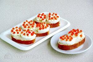 Бутерброды с красной икрой и яйцом готовы