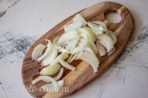 Фунчоза с баклажанами и болгарским перцем: Репчатый лук режем тонкими перьями