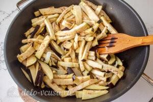Фунчоза с баклажанами и болгарским перцем: Обжариваем лук и баклажаны