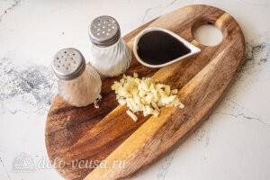 Фунчоза с баклажанами и болгарским перцем: Измельчаем чеснок