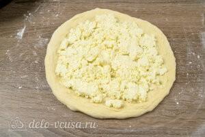 Распределяем равномерно сырную начинку